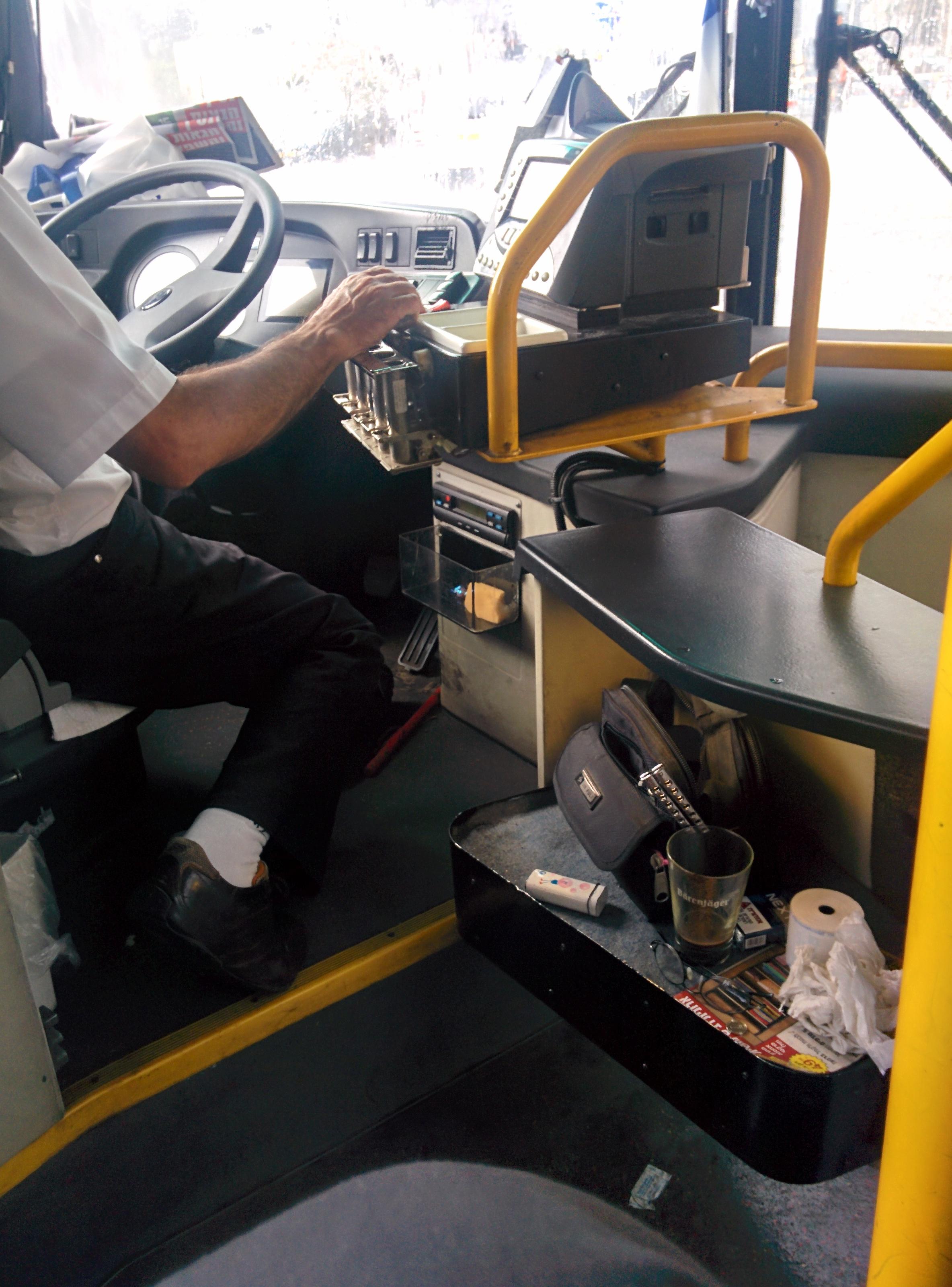נהג אוטובוס עם סכין